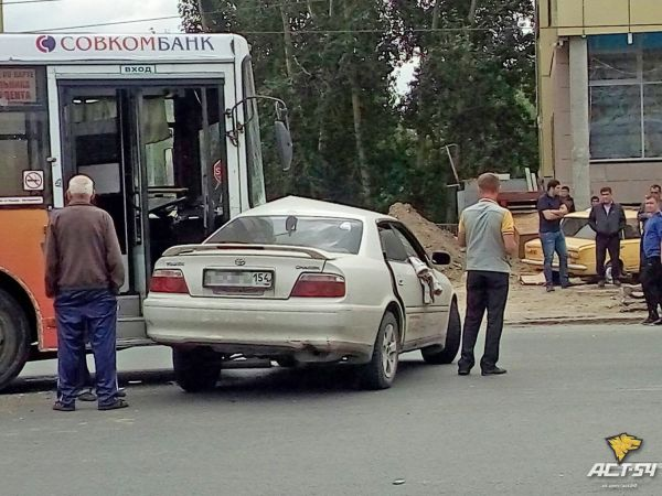 Пять человек пострадали в массовом ДТП в Новосибирске: среди них двое детей