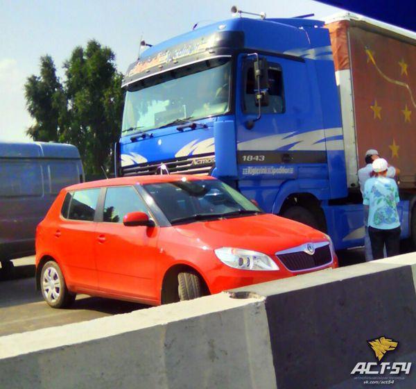 Пробка образовалась после столкновения грузовика и легковушки на Бердском шоссе