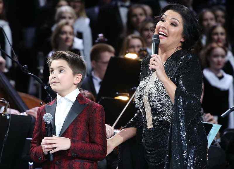 Анна Нетребко вывела сына на сцену Кремля