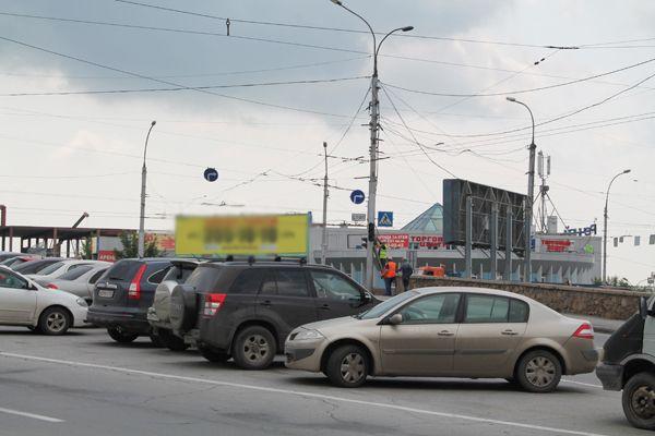 Светофор не работает на оживленном перекрестке в Новосибирске уже четвертый день