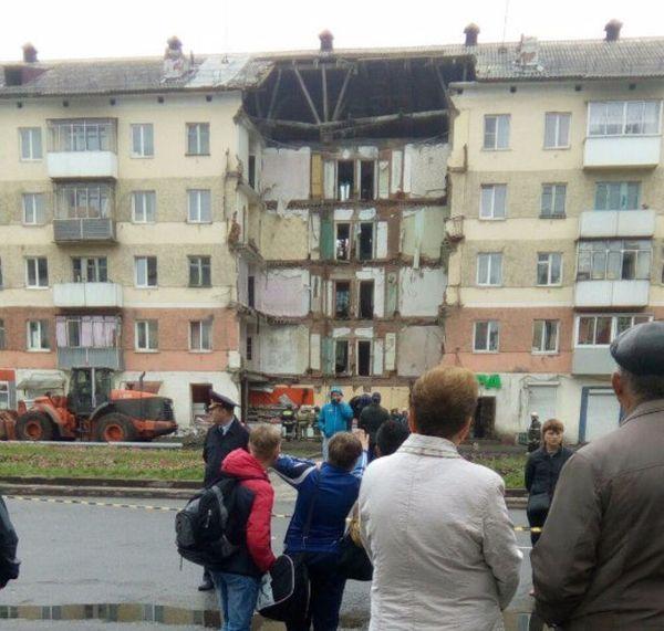 Спасатели 12 часов разбирали завалы после «косметического ремонта» в магазине «Мария-Ра»