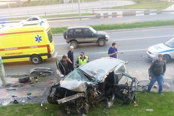 Honda расплющило о столб в центре Новосибирска
