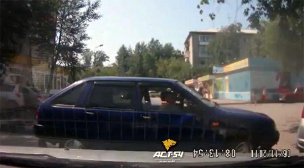 «Иж» с ребенком в салоне перегородил проезжую часть в Советском районе (видео)