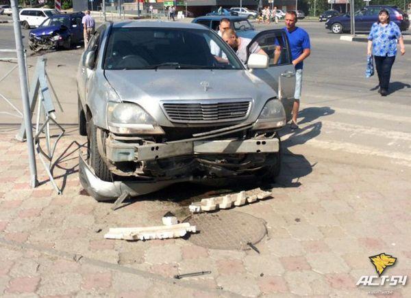 ДТП с участием трех автомобилей произошло на пересечении Федосеева и Богаткова