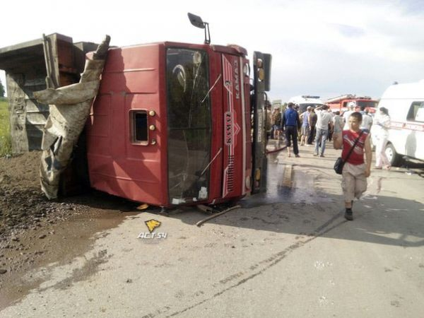 Пять человек пострадали при столкновении «Лексуса» и КамАЗа в Новосибирске (видео)